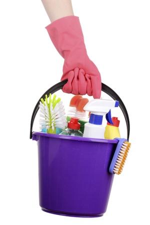 Emmer met het schoonmaken van artikelen in de hand op wit wordt geïsoleerd