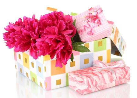 beautirul pivoines roses dans une boîte cadeau isolé sur blanc