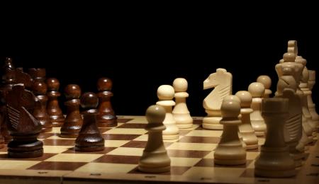 ajedrez: Tablero de ajedrez con piezas de ajedrez aislados en negro Foto de archivo