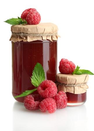 pote: frascos con mermelada de frambuesas maduras y con menta aislado en blanco