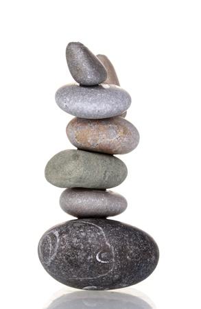 piedras zen: Pila de piedras equilibradas aisladas en blanco