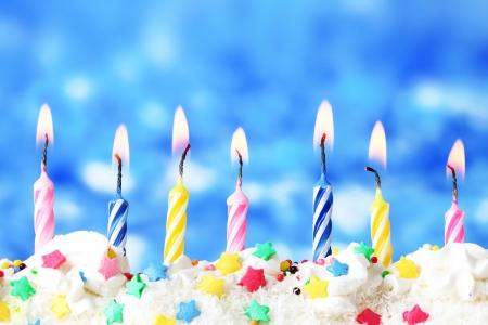 hermosas velas de cumpleaños sobre fondo azul
