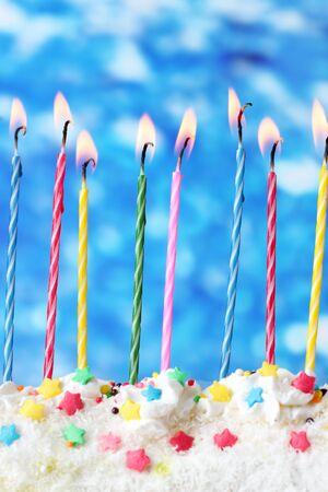 velitas de cumpleaños: hermosas velas de cumpleaños sobre fondo azul