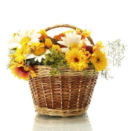 wildblumen: sch�nen Bouquet von hellen Wildblumen im Korb, isoliert auf wei�