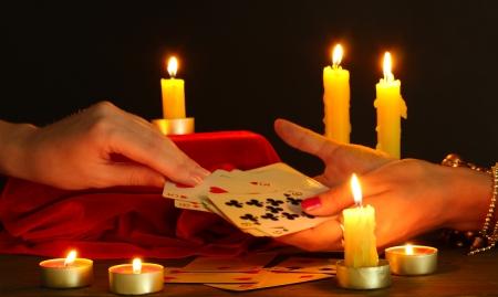 psychic: adivinación y manos de la mujer en backcground negro