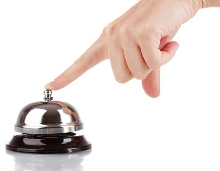 Hand piep in dienst bel op wit wordt geïsoleerd