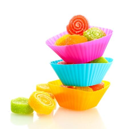 snoepjes: zoete gelei snoepjes in cup cake gevallen op een witte Stockfoto