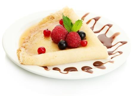 crepas: Deliciosos panqueques con bayas, chocolate y miel en un plato sobre la mesa de madera Foto de archivo
