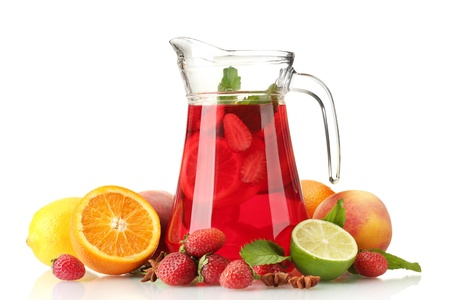 jugo de frutas: sangr�a en la jarra con frutas, aislado en blanco Foto de archivo