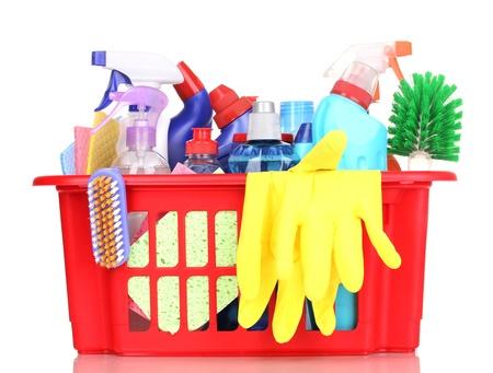 schoonmaakartikelen: Reinigen van artikelen in plastic mandje geà ¯ soleerd op wit