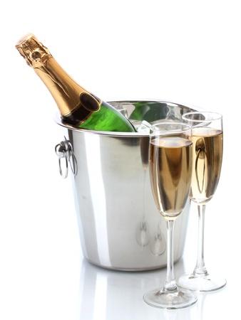 brindisi champagne: Bottiglia di Champagne in secchiello con ghiaccio e bicchieri di champagne, isolato su bianco