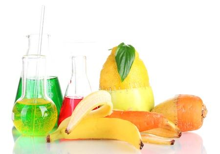 riesgo quimico: Vegetales gen�ticamente modificados y frutas aislados en blanco Foto de archivo