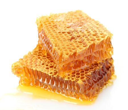 zoete honingraten met honing, geïsoleerd op wit