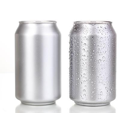 lata de refresco: latas de aluminio aislado en blanco Foto de archivo