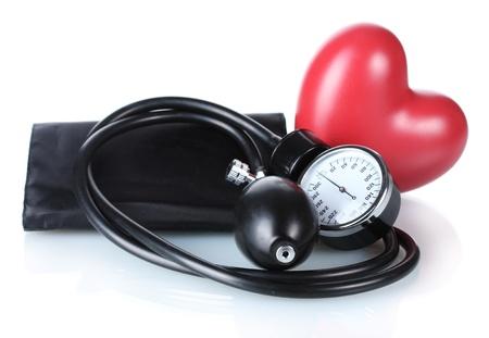 ipertensione: Tonometro nero e cuore isolato su bianco