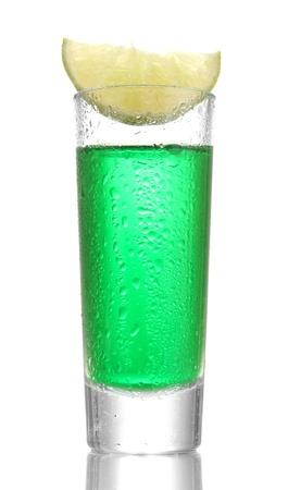 ajenjo: vaso de absenta y cal aislados en blanco