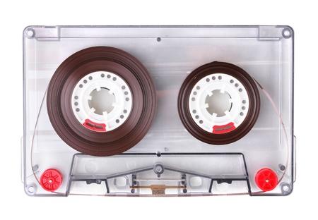 Audio cassette avec étiquette de couleur isolé sur blanc