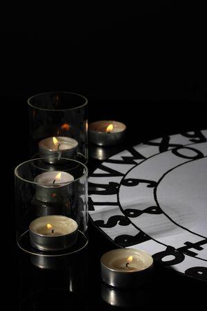 soothsayer: sesi�n de espiritismo espiritista luz de las velas close-up