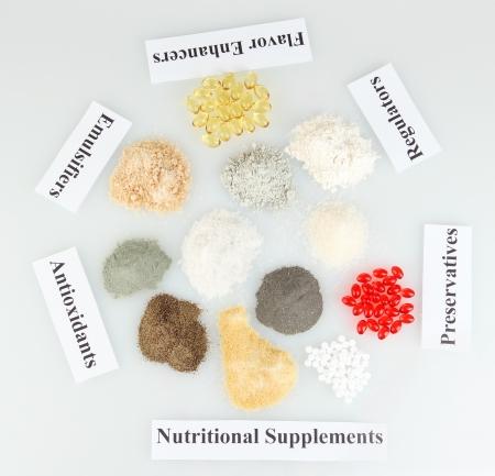 Los suplementos alimenticios aislado en blanco close-up
