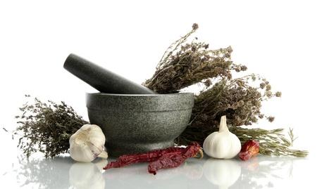 legumbres secas: hierbas secas en el mortero y verduras, isolatrd en blanco