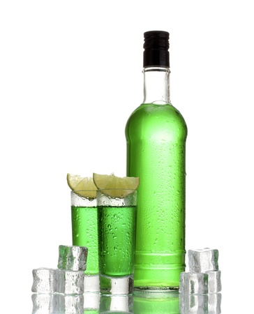 Bouteille et des verres d'absinthe avec de la chaux et de la glace isolé sur blanc Banque d'images - 15182117