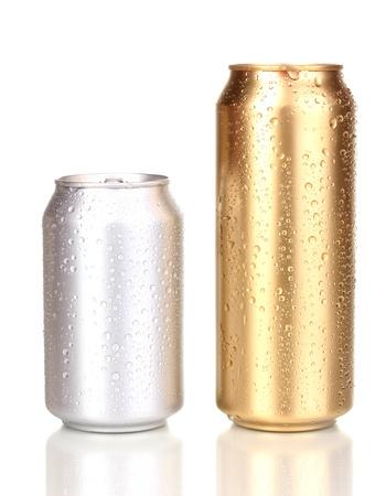 gold cans: lattine con gocce d'acqua isolati su bianco