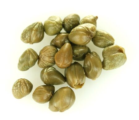 alcaparras: alcaparras verdes aisladas sobre fondo blanco