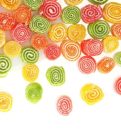 caramelos: dulces caramelos de gelatina aislados en blanco Foto de archivo