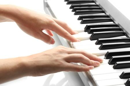 tocando piano: manos de mujer jugando sintetizador Foto de archivo
