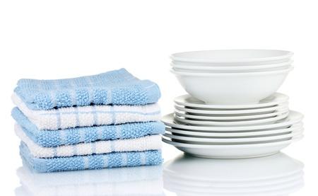 Küchentücher mit Geschirr isoliert auf weißem Hintergrund