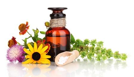 farmacia: bottiglia di medicina con tavolette e fiori isolati su bianco