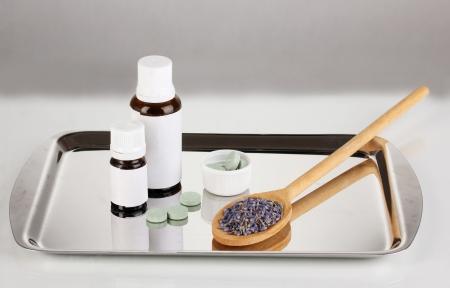 terapias alternativas: Las terapias alternativas en la bandeja de plata sobre fondo gris close-up Foto de archivo