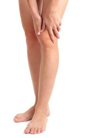dolor de rodilla: mujer con la pierna dolorida, aislado en blanco