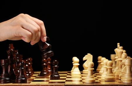 tablero de ajedrez: Tablero de ajedrez con piezas de ajedrez aislados en negro Foto de archivo