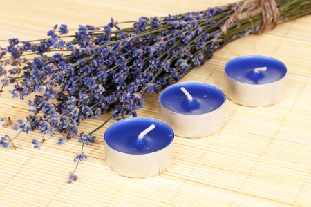 lavendin: Lavender flowers with candles on bamboo mat