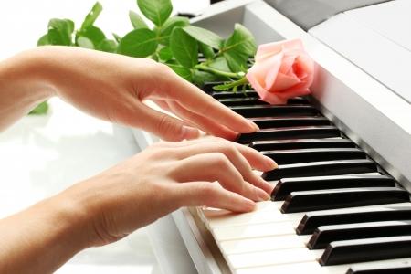 handen van vrouw spelen synthesizer Stockfoto