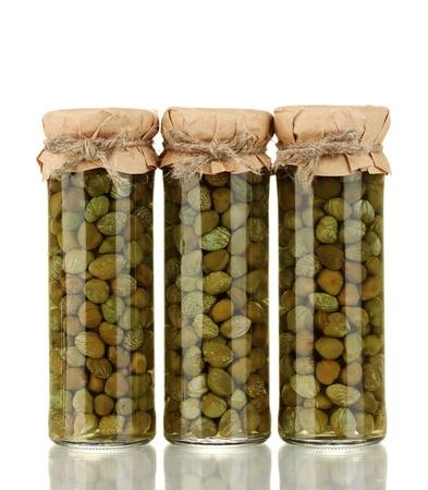 alcaparras: Jarra de vidrio con alcaparras en conserva aislados en blanco