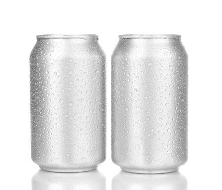 lata de refresco: latas de aluminio con gotas de agua aisladas en blanco