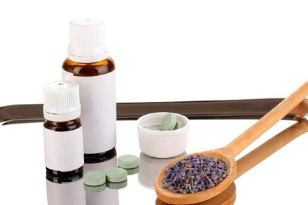 terapias alternativas: Las terapias alternativas en la bandeja de plata sobre fondo blanco close-up