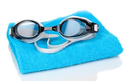 swim goggles: Gafas de nataci�n en la toalla aislados en blanco Foto de archivo