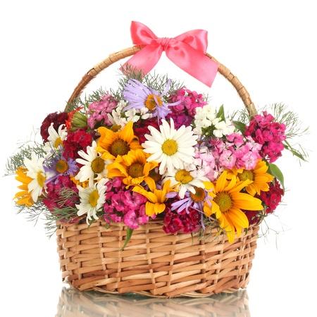 fleurs des champs: beau bouquet de fleurs lumineuses dans le panier, isolé sur blanc Banque d'images