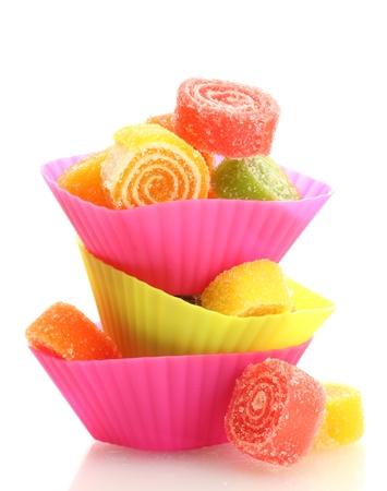 süssigkeiten: s��es Gelee Bonbons in cup cake F�llen isoliert auf wei�