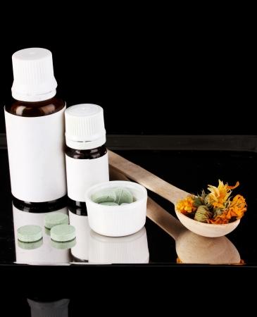 terapias alternativas: Las terapias alternativas en la bandeja sobre fondo negro close-up