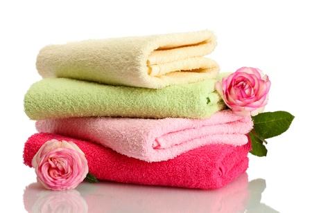 toalla: toallas brillantes y flores aisladas en blanco Foto de archivo