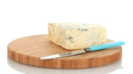 カビや白い背景で隔離のまな板上にナイフでチーズします。 写真素材
