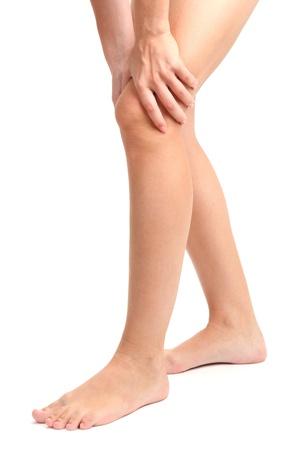 de rodillas: mujer con la pierna dolorida, aislado en blanco