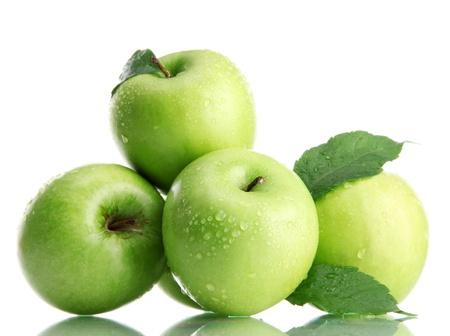 白で隔離される葉を持つ熟した緑のりんご