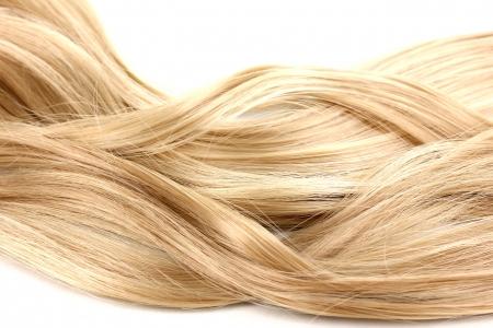 capelli biondi: I capelli ricci biondi close-up isolato su sfondo bianco Archivio Fotografico