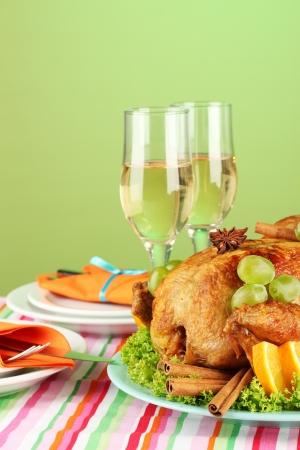 mesa para banquetes: banquete mesa con pollo asado sobre fondo verde close-up. D�a de Acci�n de Gracias