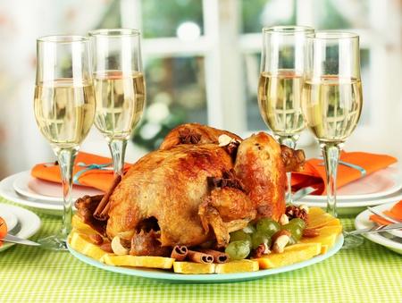 table de banquet avec poulet rôti close-up. Action de grâces